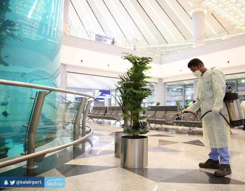شاهد الصور .. مطار الملك عبدالعزيز يعقم الصالات والمداخل ويفحص الركاب