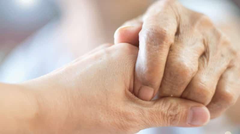 مأساة فاقت مشهد تايتانيك.. وفاة زوجين مسنين معًا بسبب كورونا