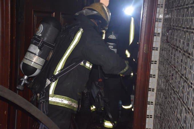 إنقاذ عائلة من حريق شقة في جدة