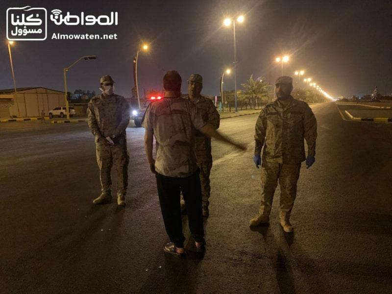 فيديو.. القوات المسلحة تضبط مخالفي منع التجول بحفر الباطن - المواطن