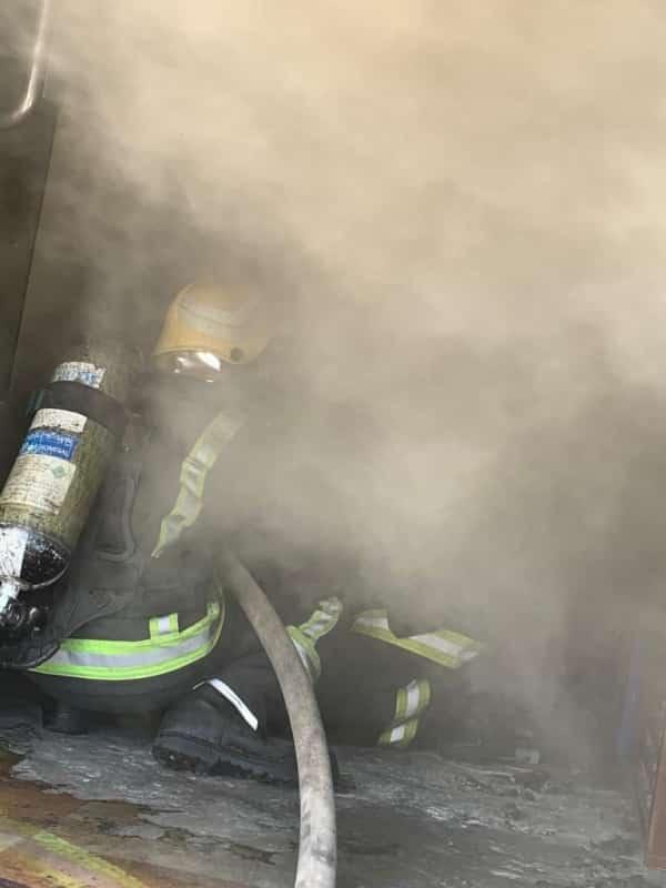 حريق يلتهم محل أثاث ويخلي السكان بعمارة سكنية بأبها