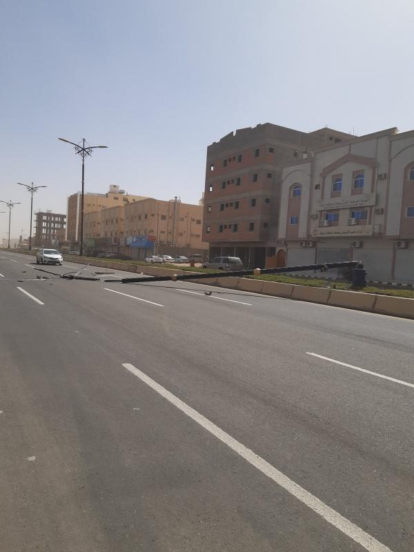 فيديو وصور.. سقوط أعمدة الإنارة في تبوك بسبب الرياح الشديدة - المواطن