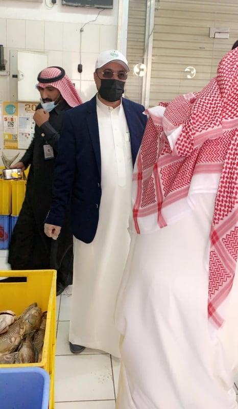 أمين عسير يتفقد سوق الخضار والفواكه لمتابعة الإجراءات الاحترازية - المواطن