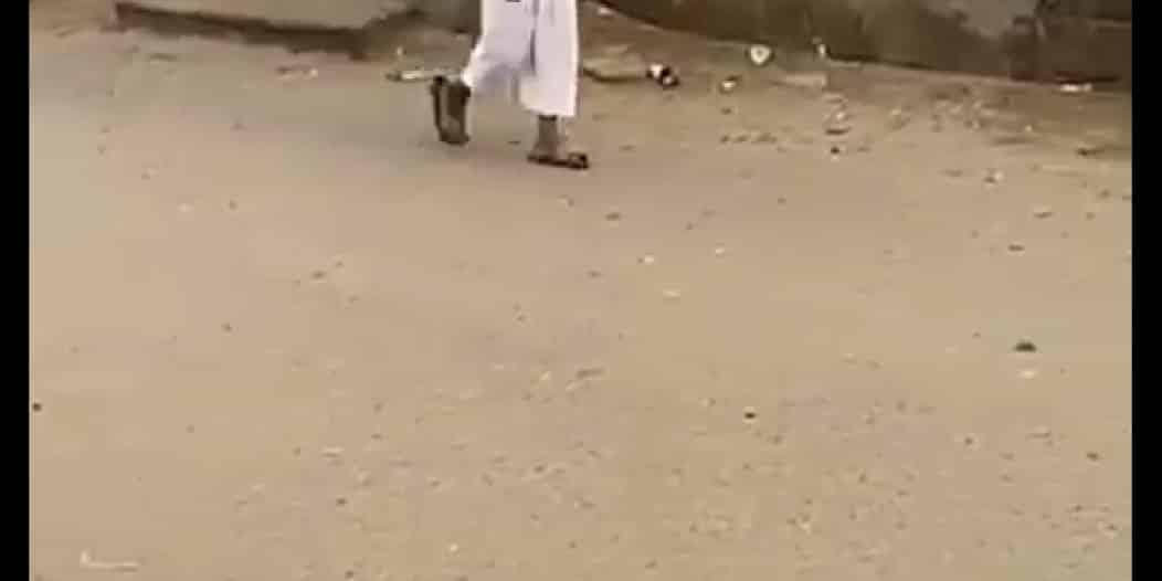 شاهد.. طالب في طريقة للمدرسة رغم تعليق الدراسة