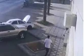 فيديو.. ضبط شخصين تورطا في سرقة حقيبة من سيارة في نسيم الرياض - المواطن