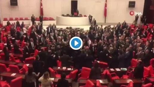 فيديو.. تبادل اللكمات في برلمان تركيا بسبب مقتل الجنود في إدلب