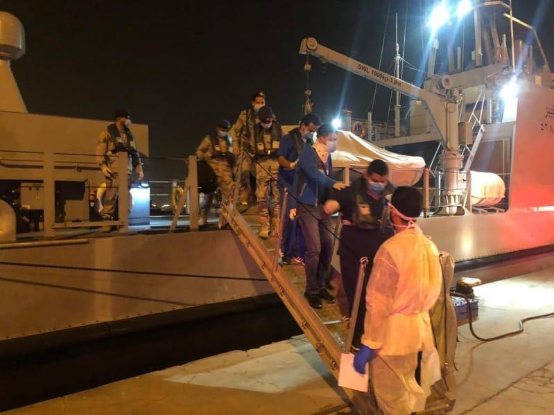 حرس الحدود يُخلي بحارًا مصابًا سقط على سلالم إحدى السفن