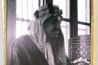 صورة نادرة للملك المؤسس في مجلسه بجدة - المواطن