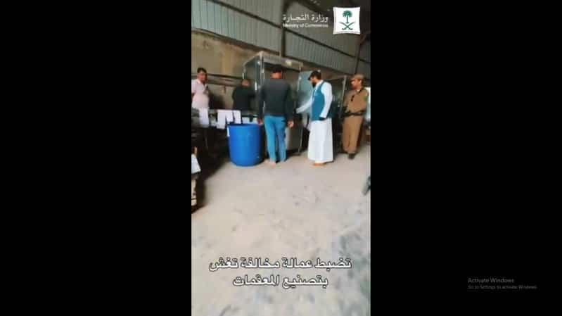 كمين محكم يقود لضبط معمل للمعقمات المخالفة في الرياض
