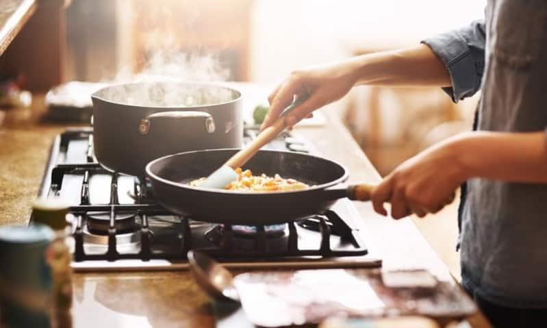 تحذير من الحروق أثناء القلي وإعداد قهوة الإفطار