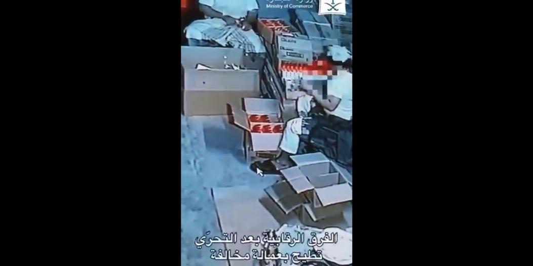 فيديو.. ضبط عمالة تغش تواريخ الصابون والمعقمات في الرياض