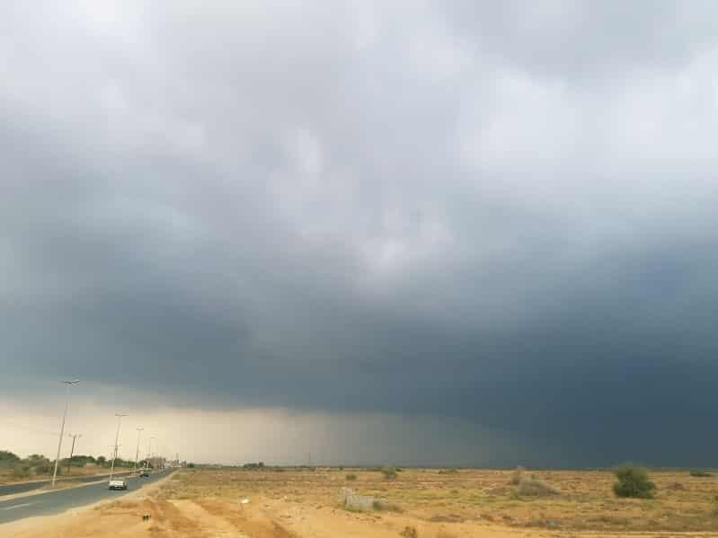 أمطار ورياح نشطة تحد الرؤية على جازان