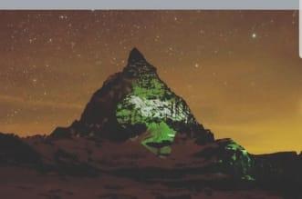 علم السعودية يضيء جبال الألب السويسرية - المواطن