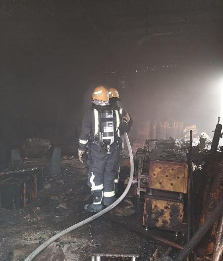 السيطرة على حريق اندلع في معرضين للمفروشات بالبدع