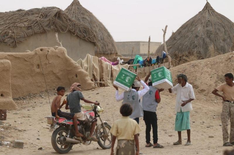 مركز الملك سلمان يوزع 1200 سلة غذائية بالمناطق المحاذية لصعدة