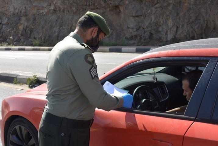 مشاركة جوازات عسير في النقاط الأمنية لمنع للتجول 1