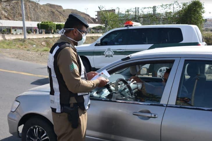 مشاركة جوازات عسير في النقاط الأمنية لمنع للتجول 2