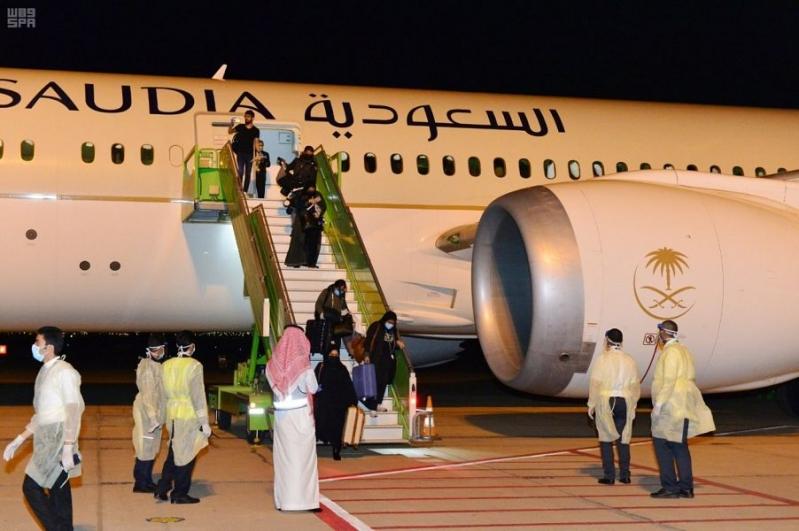 إنفاذاً لتوجيهات الملك سلمان .. وصول أولى رحلات عودة المواطنين إلى مطار حائل