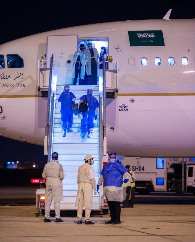 إنفاذًا لتوجيهات الملك سلمان .. وصول أولى رحلات القادمين من الخارج لمطار القصيم