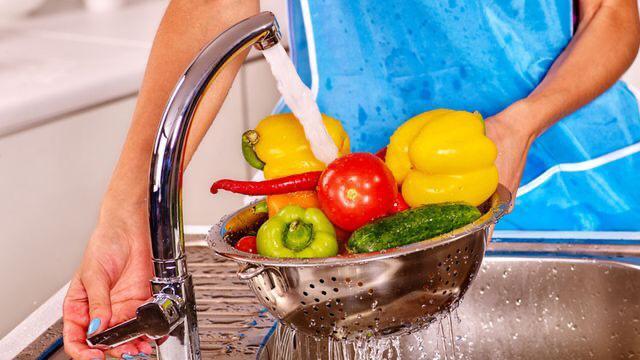 لهذه الأسباب.. لا بد من غسل الفواكه والخضار قبل تناولهما - المواطن