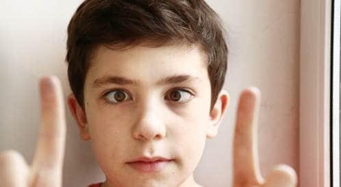 """استشارية عيون أطفال لـ""""المواطن"""": الاستخدام الطويل للأجهزة قد يسبب الحوَل .. فاحذروا"""
