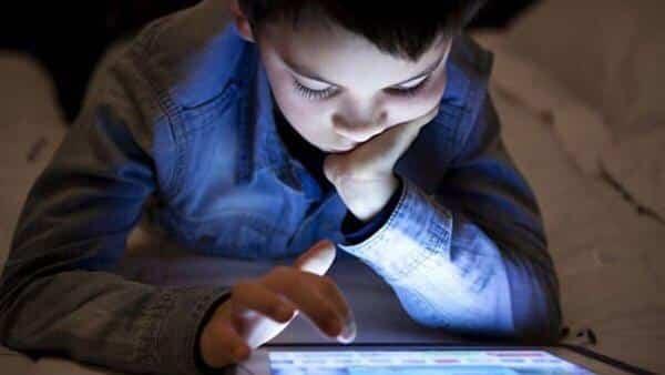 """استشارية لـ""""المواطن"""": هذا ما يسببه النظر المستمر لشاشة الأجهزة على أطفالكم"""
