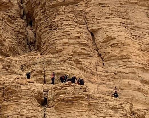 إصابة شاب سقط بموقع وعر بجبال ظهرة السوط