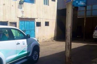 فيديو.. ضبط سائق مركبة يخزن السلع بمغسلة سيارات - المواطن