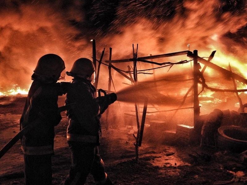 حريق في ساحة بيع أعلاف بحائل والمدني يتدخل