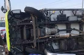 انحراف شاحنة عن مسارها وانقلابها على طريق الجموم – المدينة