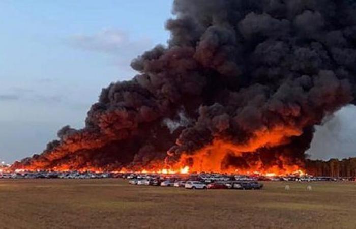 شاهد.. حريق يدمر 3500 سيارة بالقرب من مطار فلوريدا