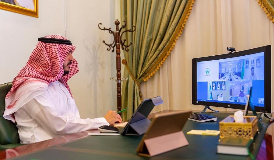 أمير الجوف يستعرض عن بعد التجاوب لإجراء فحص كورونا