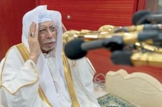 الشيخ علي ملا منادياً بالأذان من مكبرية الحرم المكي