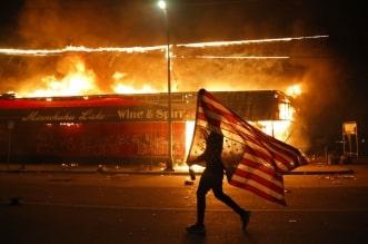فيديو.. مواطن أمريكي يشعل النار في نفسه خطأً بالمظاهرات الأمريكية - المواطن