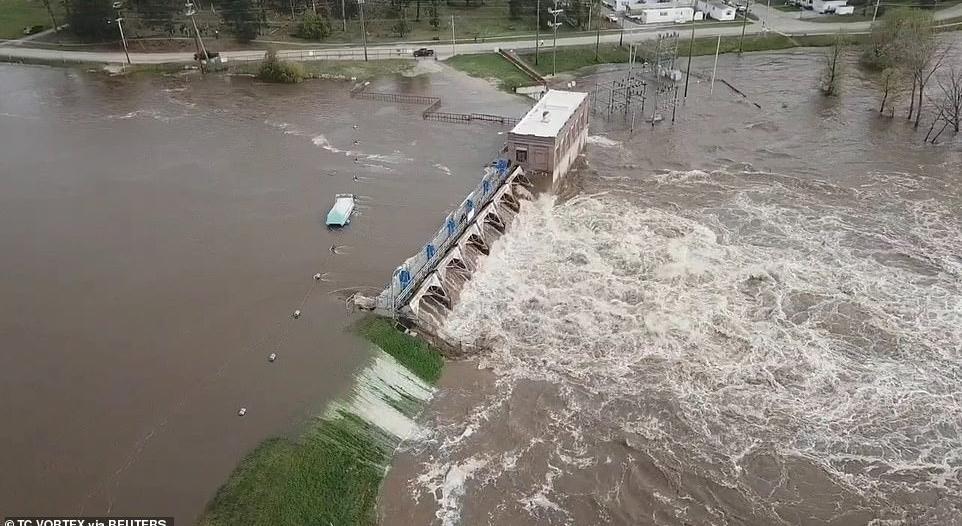فيديو.. انهيار سدين في ميشيغن الأمريكية يهددان حياة 42 ألف شخص