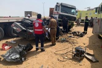 صور.. تصادم كامري وشاحنة يقتل اثنين ويصيب ثالثًا في أبو عريش - المواطن