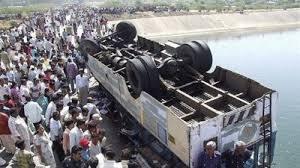 مقتل عشرة أشخاص غرقاً إثر سقوط حافلة بنهر في باكستان - المواطن