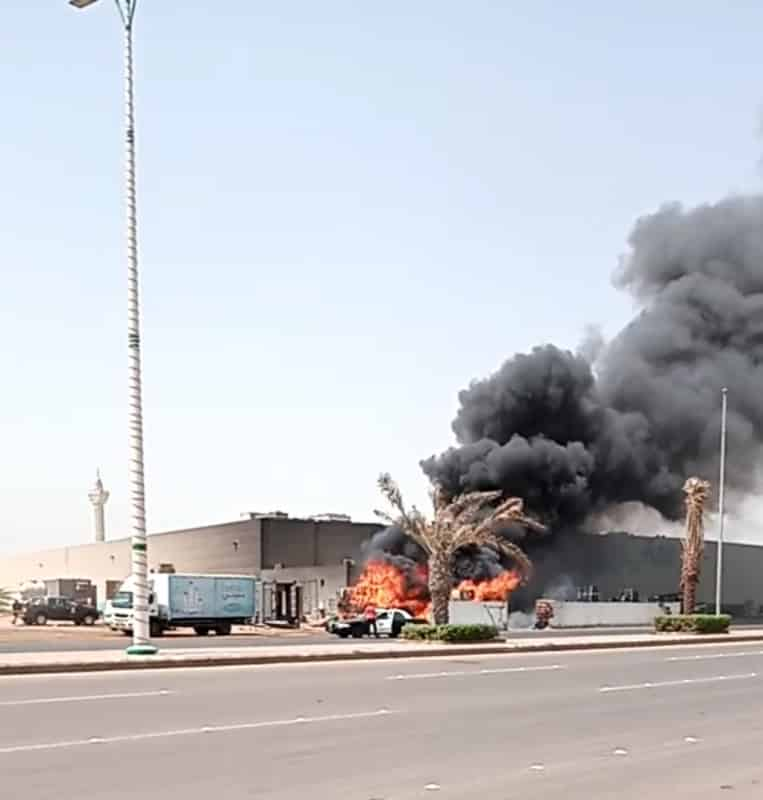 صور.. إهمال العمالة وراء حريق بجوار مركز تسوق في جازان