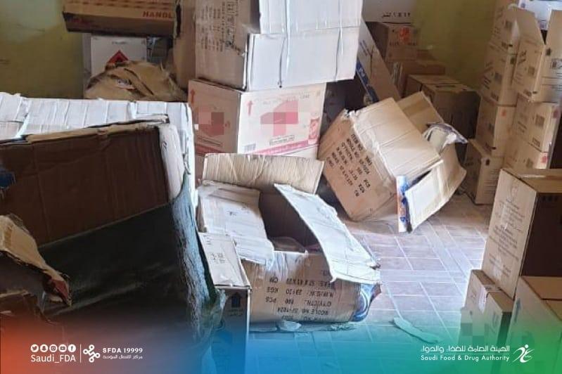 ضبط 1300 عبوة منتجات تجميل بمخزن مخالف في تبوك