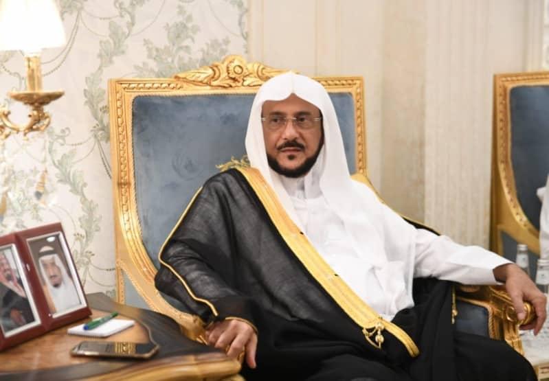 آل الشيخ: فتح المساجد قبل الأذان بربع ساعة ومسافة مترين بين المصلين