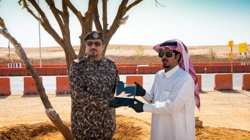 قائد القوات الخاصة للأمن البيئي يكرم المواطن العوني بعد تدخله لحماية شجرة معمرة