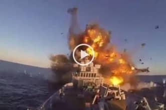لحظة إصابة البارجة الإيرانية بصاروخ في خليج عمان