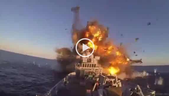 فيديو.. لحظة إصابة بارجة إيرانية بصاروخ في خليج عُمان