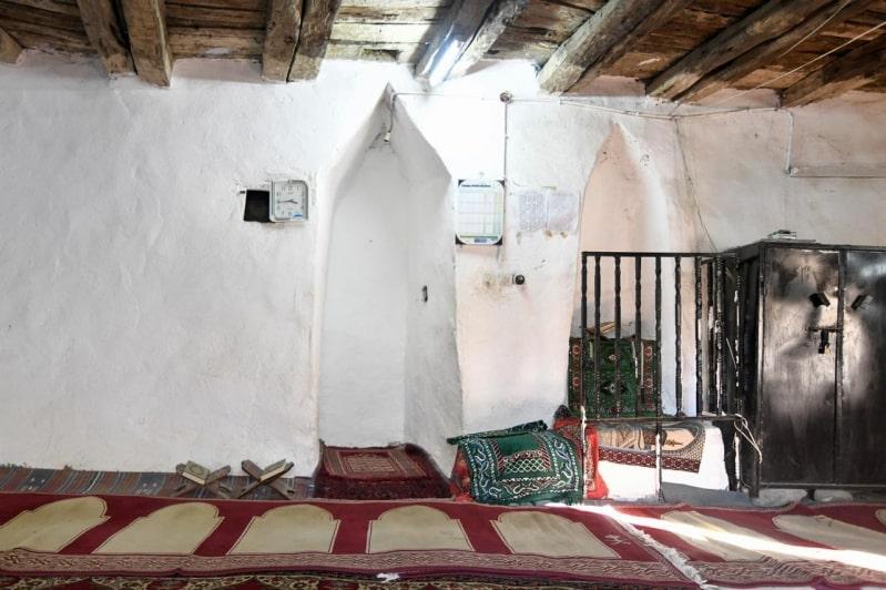 مسجد المضفاة .. بُني من الحجر وسقفه من العرعر ويضم منزالة