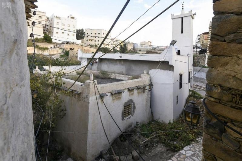 مسجد النصب التراثي.. مبني من الحجر والطين وسقفه من جذوع العرعر