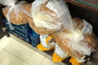 إنذار ومخالفة 56 محلًا ومصادرة 171 كجم مواد غذائية فاسدة بتبوك - المواطن