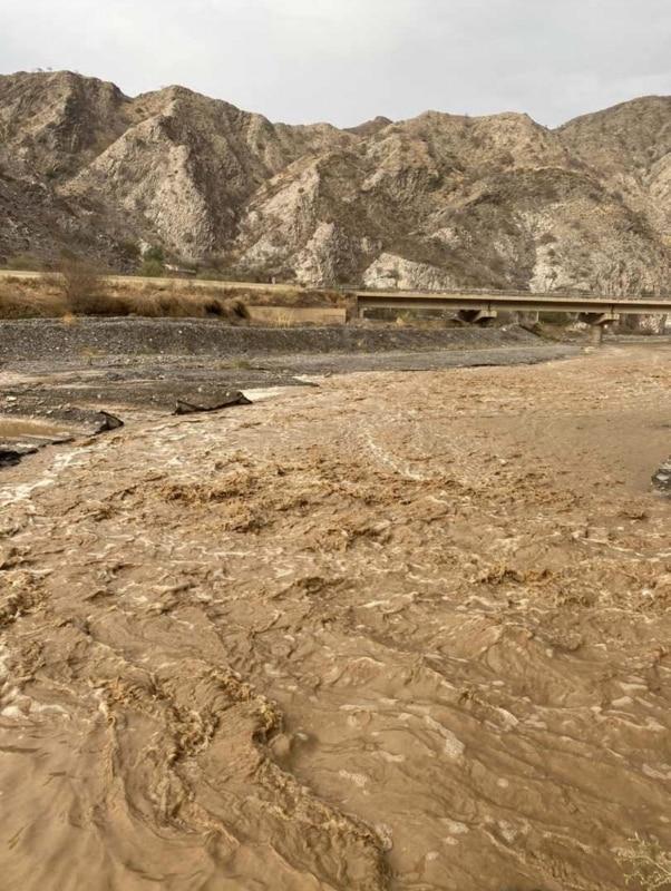 صور .. أمطار وسيول على قنا وبحر أبو سكينة بمحايل