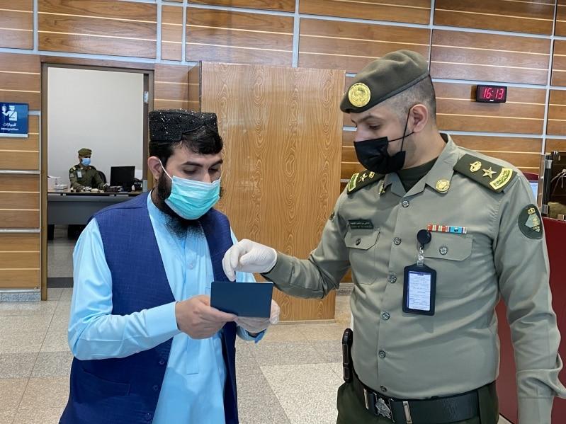 ضمن مبادرة عودة.. جوازات مطار الأمير سلطان تنهي إجراءات مسافرين أفغان