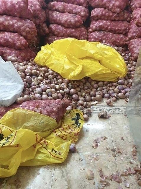 صور.. مصادرة 60 طنًا من البصل بمستودع مخالف بجدة