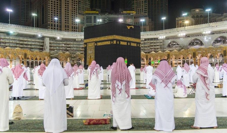فيديو وصور.. أداء صلاة العشاء والتراويح وختم القرآن في المسجد الحرام